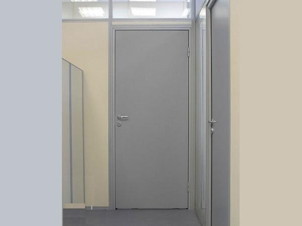 серые двери в офисных перегородках