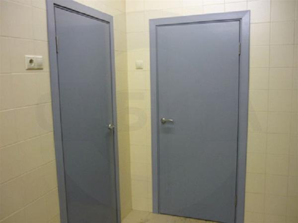 серые двери в санузлах